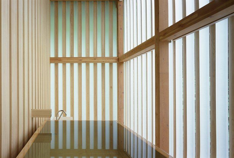 lines and reflections inside kumas ginzan onsen